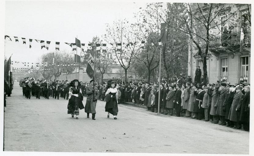Défilé devant les Généraux.