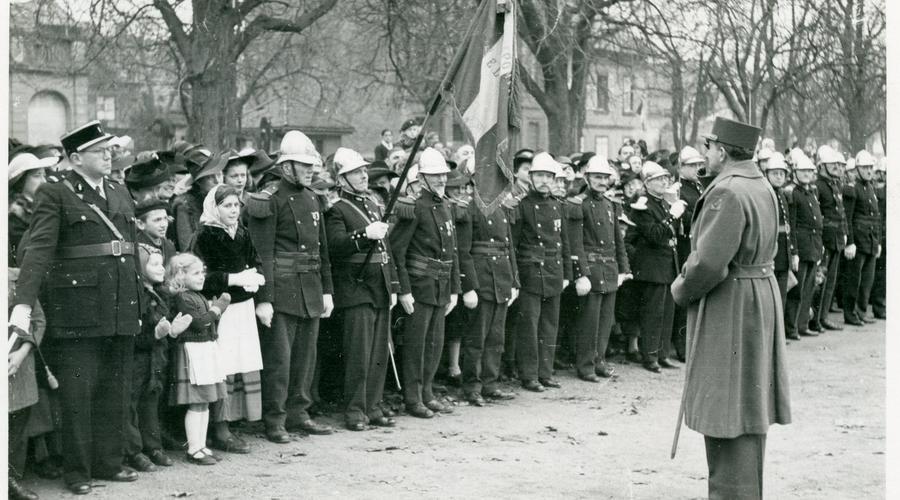 Le Général de Lattre de Tassigny devant une brigade de pompiers.