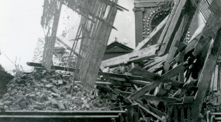 Le toit de la Chapelle s'est effondré sur la nef, offrant un triste spectacle de poutres et de pierres entremêlées à l'emplacement du chœur de l'édifice.
