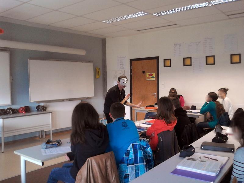 Eleves en classe participant à un atelier commedia