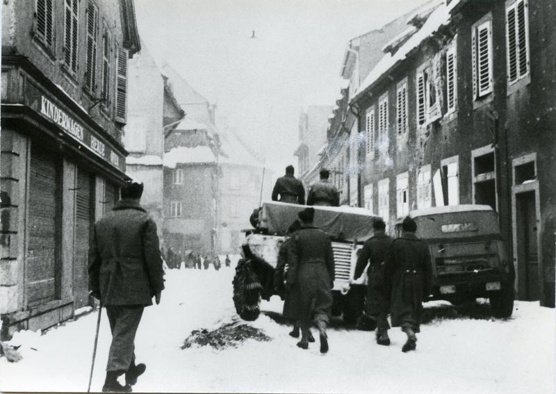 Rue de l'Hôpital, un char transporte les cercueils des soldats tombés au front, vers l'église Sainte-Foy.