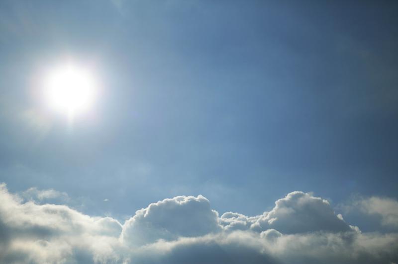 Un ciel bleu avec du soleil