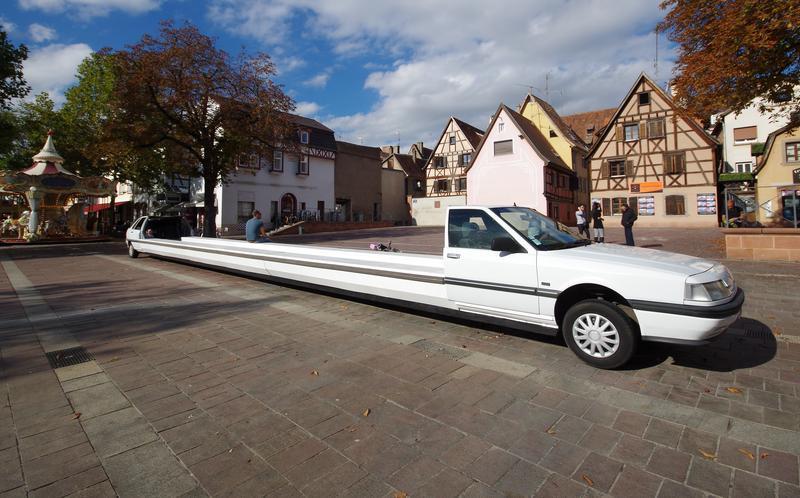 """Image de l'oeuvre """"La limousine banc public"""" de l'artiste Benedetto Bufalino, présentée pour la biennale d'art contemporain Sélest'art. Sélestat, 2017"""