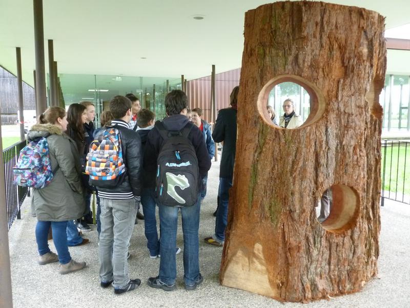 Visite de collégiens pendant la biennale 2013