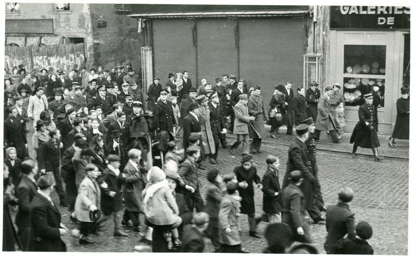Le Maire Joseph Klein (avec le bandeau tricolore), le Général de Lattre de Tassigny, le Préfet du Bas-Rhin Bernard Cornut-Gentille, le Général Monsabert, le Général de Lattre de Tassigny et le Général Touzet de Vigier vont à la rencontre des habitants et habitantes de Sélestat.