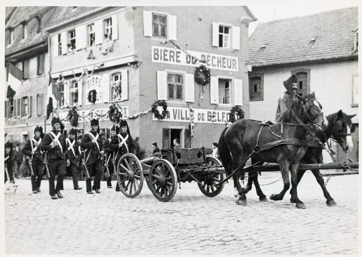 Douze Garde Nationaux de la cohorte urbaine de Sélestat, avec un canon de campagne attelé de chevaux de réquisitions (époque : 1814).