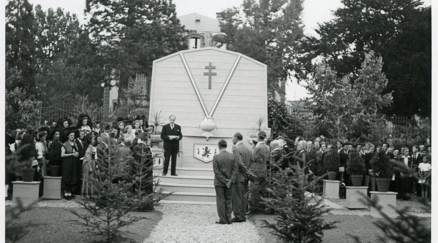 Commémoration devant le Cénotaphe, le premier monument aux morts de Sélestat qui fut détruit après l'inauguration de l'actuel monument au morts en 1954.