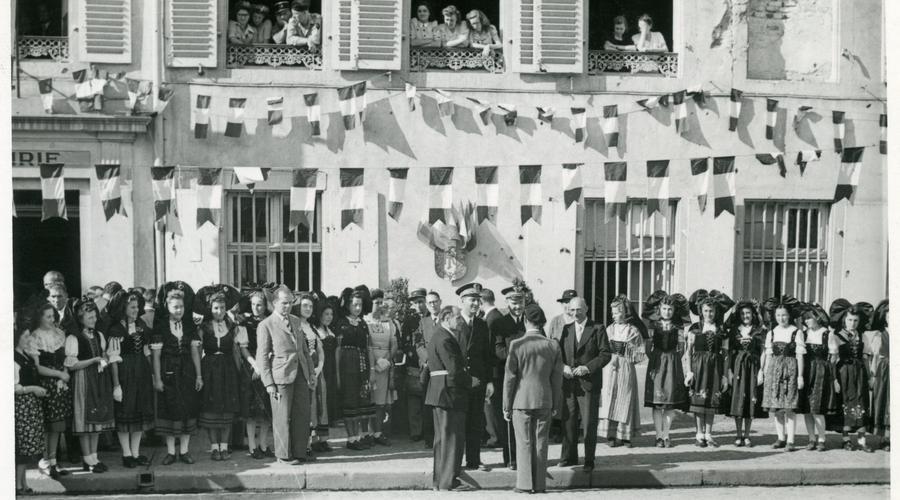 Bernard Cornut-Gentille défile dans les rues de Sélestat remplies d'habitantes et d'habitants.
