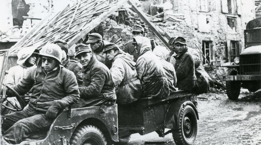 Des soldats américains entrent dans la ville de Sélestat.