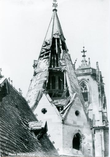 Les toits de l'église Saint-Georges ont été durement touchés durant la libération de la ville.