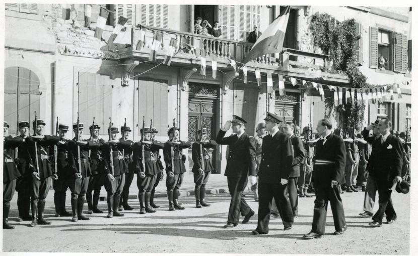 Bernard Cornut-Gentille salue les policiers.