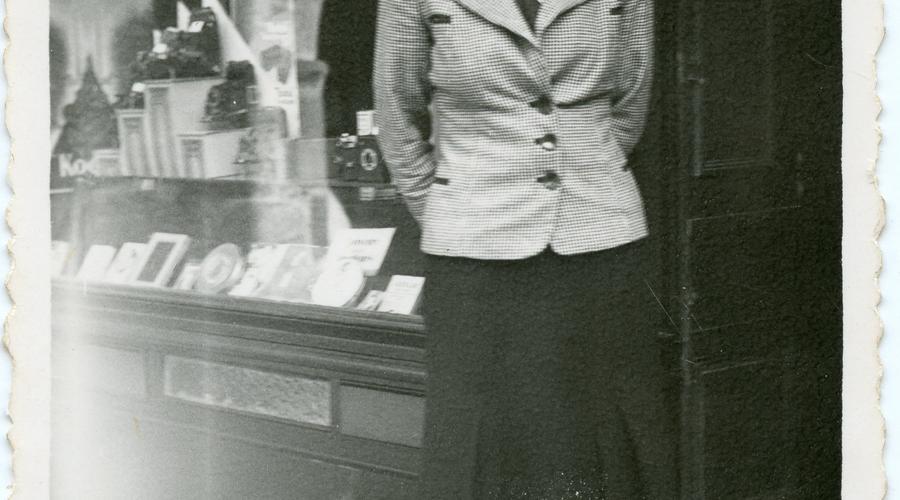 Première photographie de Simone envoyée à Albert en 1940. Elle était alors institutrice à Annoville dans La Manche.
