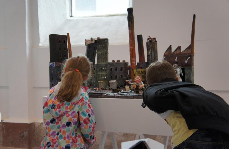 Enfants devant une maquette