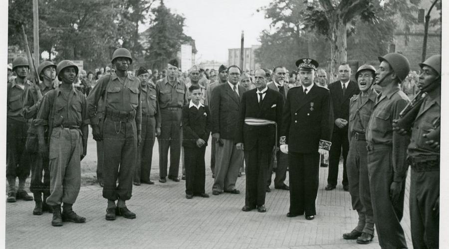 Des soldats et le maire de Sélestat Jean Meyer.