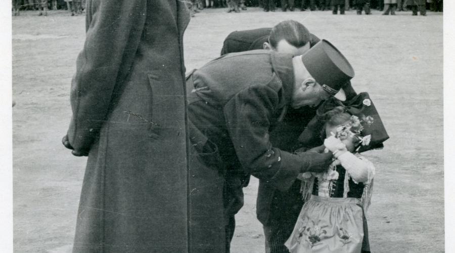 Le Général Monsabert avec une fillette en tenue alsacienne.